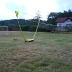 Boisko trawiaste z siatką do badmintona, siatkówki i bramkami do piłki nożnej